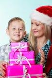 母亲和儿子有礼物盒的 库存图片