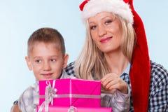 母亲和儿子有礼物盒的 库存照片