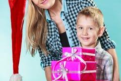 母亲和儿子有礼物盒的 图库摄影