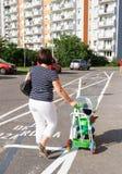 母亲和儿子步行 库存照片