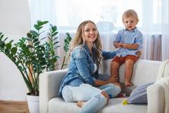 母亲和儿子沙发的 免版税库存照片