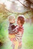 母亲和儿子沟通,停放 图库摄影