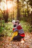母亲和儿子沟通,停放 免版税库存照片