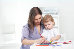 母亲和儿子油漆 免版税库存照片
