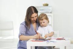 母亲和儿子油漆 库存图片