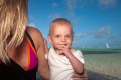 母亲和儿子沿海洋 免版税库存照片