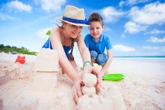 母亲和儿子海滩的 库存图片