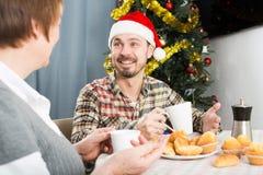 母亲和儿子消费圣诞节时间 库存照片