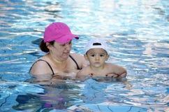 母亲和儿子游泳池的 免版税库存照片