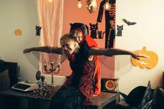 母亲和儿子的万圣夜党 愉快的贴纸 与滑稽的狂欢节服装的假日万圣夜在度假 库存图片