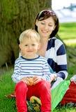 母亲和儿子的可爱的画象室外在公园 免版税库存图片