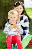 母亲和儿子的可爱的画象室外在野餐 库存照片