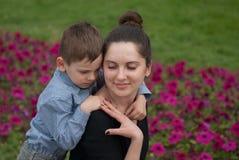 母亲和儿子的柔和的联系 免版税库存照片