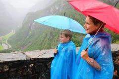 母亲和儿子看看树木繁茂的山 库存图片