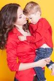 母亲和儿子红色衬衣的 图库摄影