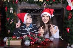 母亲和儿子给圣诞老人的文字信件 库存照片