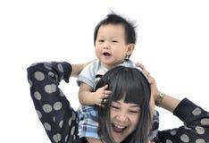 母亲和儿子肩扛乘驾 库存照片