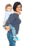 母亲和儿子肩扛 免版税库存图片