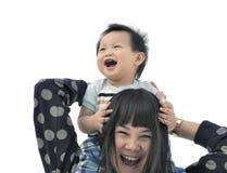 母亲和儿子获得乐趣在肩扛乘驾 免版税图库摄影