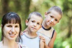 母亲和儿子走室外 免版税库存照片