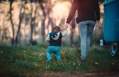 母亲和儿子野营 免版税库存照片