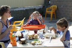 母亲和儿子食用早餐 库存照片
