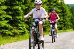 活跃人骑自行车 库存图片