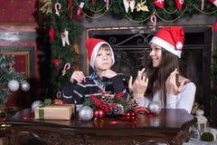 母亲和儿子给圣诞老人的文字信件 库存图片