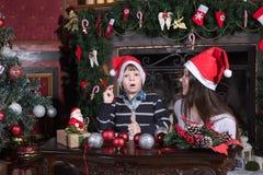 母亲和儿子给圣诞老人的文字信件 免版税图库摄影
