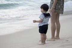 母亲和儿子水手` s制服的在海滩 库存图片