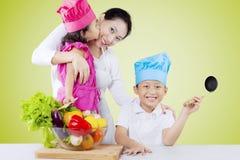 母亲和儿童厨师菜 库存图片
