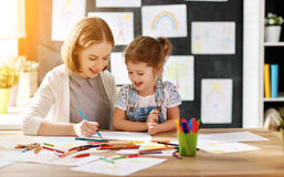 母亲和儿童女儿在创造性画在幼儿园 免版税库存照片