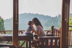 母亲和儿童女孩使用 库存图片
