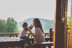 母亲和儿童女孩使用 免版税库存照片