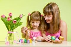 母亲和儿童女孩准备对复活节 免版税库存照片