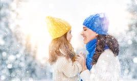 母亲和儿童女孩在一个冬天走 库存照片
