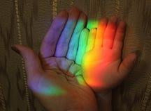 母亲和儿童彩虹的手 图库摄影