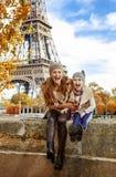 母亲和儿童游人有乐趣时间在巴黎 免版税库存图片