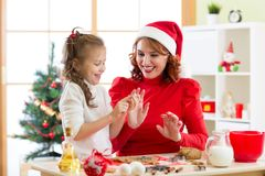 母亲和儿童烘烤圣诞节蛋糕 库存图片