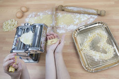 母亲和儿童烹调 图库摄影