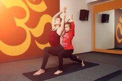 母亲和儿童瑜伽实践 免版税库存图片
