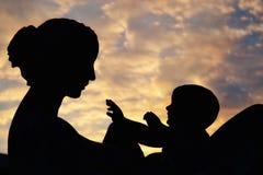 母亲和儿童雕象 免版税库存照片