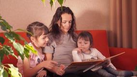 母亲和儿童读取 股票录像