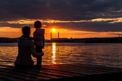 母亲和儿童silouhette 免版税库存照片