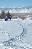 母亲和儿童sledding 免版税库存图片