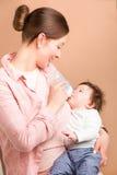 母亲和六个月女婴 免版税图库摄影