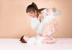 母亲和六个月女婴 免版税库存图片