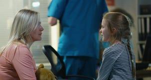 母亲和医生鼓励的女孩在医院 股票视频