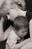 母亲和哭泣子项 免版税图库摄影