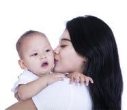 母亲和在白色bakckground隔绝的育儿概念 免版税库存图片
